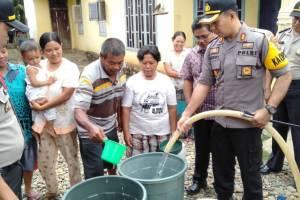 Polres Bengkulu Selatan Salurkan Air Bersih Ke Masyarakat